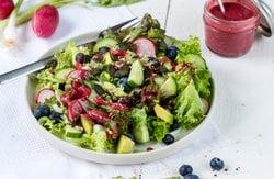 Bunter Salat mit pinkem Dressing